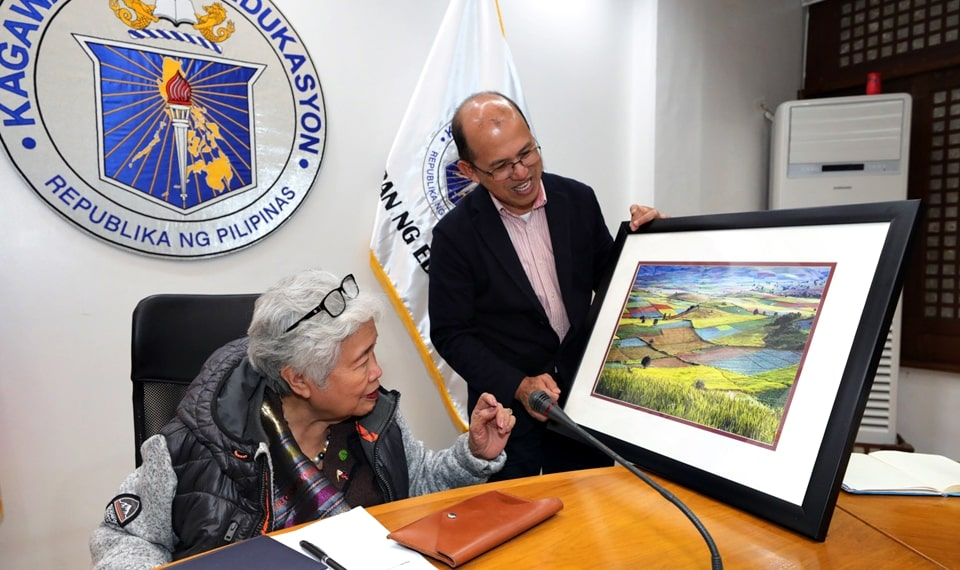 Dr. Gregorio presents an institutional token from SEARCA to Secretary Briones. (Photo courtesy of DepEd)